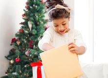 Niña sonriente con el rectángulo de regalo Fotos de archivo libres de regalías