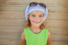 Niña sonriente con el sombrero y las gafas de sol Imagen de archivo libre de regalías