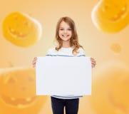 Niña sonriente con el tablero blanco Imágenes de archivo libres de regalías