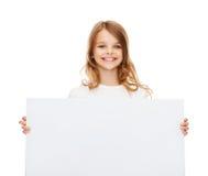 Niña sonriente con el tablero blanco en blanco Imagen de archivo libre de regalías