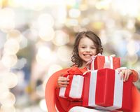 Niña sonriente con los rectángulos de regalo Imagen de archivo