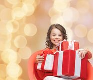 Niña sonriente con los rectángulos de regalo Foto de archivo