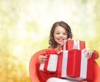 Niña sonriente con los rectángulos de regalo Fotos de archivo