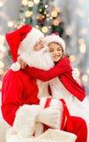 Niña sonriente con Papá Noel Imágenes de archivo libres de regalías