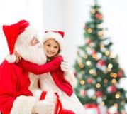Niña sonriente con Papá Noel Imagen de archivo