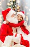 Niña sonriente con Papá Noel Foto de archivo libre de regalías