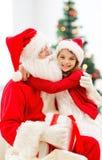 Niña sonriente con Papá Noel Fotografía de archivo libre de regalías
