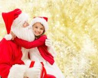 Niña sonriente con Papá Noel Foto de archivo