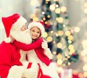 Niña sonriente con Papá Noel Imagen de archivo libre de regalías