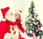 Niña sonriente con Papá Noel Fotografía de archivo