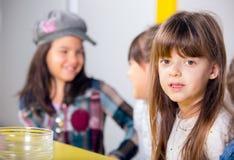 Niña sonriente con sus amigos en la fiesta de cumpleaños Imagenes de archivo