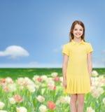 Niña sonriente en alineada amarilla Imagenes de archivo