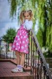Niña sonriente en alineada rosada Imagen de archivo