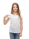 Niña sonriente en camiseta blanca en blanco Fotografía de archivo