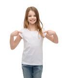 Niña sonriente en camiseta blanca en blanco Fotos de archivo