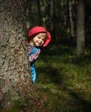Niña sonriente en casquillo rojo Fotografía de archivo libre de regalías