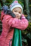 Niña sonriente en chaqueta roja del invierno Imagenes de archivo