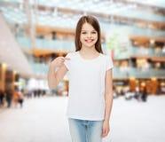 Niña sonriente en la camiseta en blanco blanca Fotografía de archivo libre de regalías