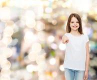 Niña sonriente en la camiseta en blanco blanca Foto de archivo libre de regalías