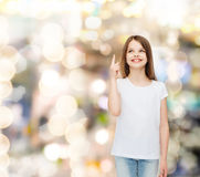 Niña sonriente en la camiseta en blanco blanca Fotografía de archivo