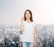 Niña sonriente en la camiseta en blanco blanca Imagen de archivo libre de regalías