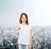 Niña sonriente en la camiseta en blanco blanca Foto de archivo