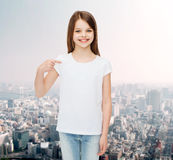 Niña sonriente en la camiseta en blanco blanca Fotos de archivo libres de regalías