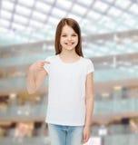 Niña sonriente en la camiseta en blanco blanca Fotos de archivo
