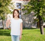 Niña sonriente en la camiseta en blanco blanca Imagen de archivo