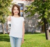 Niña sonriente en la camiseta en blanco blanca Imágenes de archivo libres de regalías