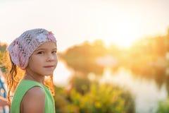 Niña sonriente en la puesta del sol Imágenes de archivo libres de regalías