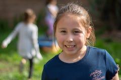 Niña sonriente en patio trasero fotos de archivo libres de regalías