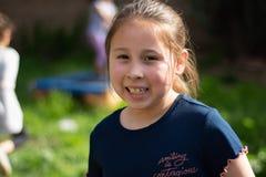 Niña sonriente en patio trasero imágenes de archivo libres de regalías