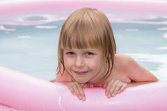 Niña sonriente en piscina inflable Foto de archivo libre de regalías