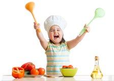 Niña sonriente en sombrero del cocinero con la desnatadora y Imágenes de archivo libres de regalías