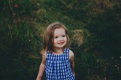 Niña sonriente en un campo Fotos de archivo