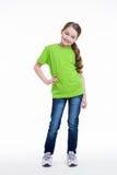 Niña sonriente en una camisa verde. Fotografía de archivo