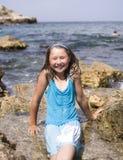Niña sonriente feliz adorable el vacaciones de la playa Fotos de archivo