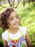 Niña sonriente feliz al aire libre fotografía de archivo libre de regalías