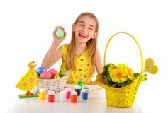 Niña sonriente que sostiene un huevo de Pascua Fotos de archivo