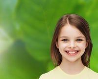 Niña sonriente sobre el fondo blanco Imagen de archivo