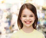 Niña sonriente sobre el fondo blanco Foto de archivo libre de regalías