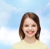 Niña sonriente sobre el fondo blanco Foto de archivo
