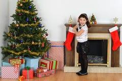 Niña sorprendida con la media de la Navidad fotos de archivo