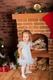 Niña staing cerca de la chimenea Foto de archivo libre de regalías