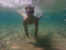 Niña subacuática en el mar foto de archivo