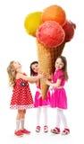 Niña tres y el helado más grande Imagenes de archivo