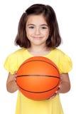 Niña triguena con un baloncesto fotos de archivo
