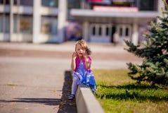 Niña triste hermosa que llora, en fondo del verano Fotos de archivo libres de regalías
