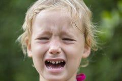 Niña triste hermosa que llora, en fondo del verano Imágenes de archivo libres de regalías